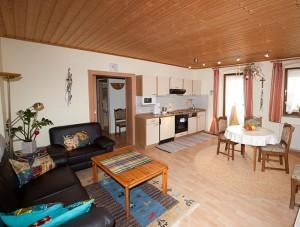 FeWo Loher - Wohnung A - Küche / Wohnbereich